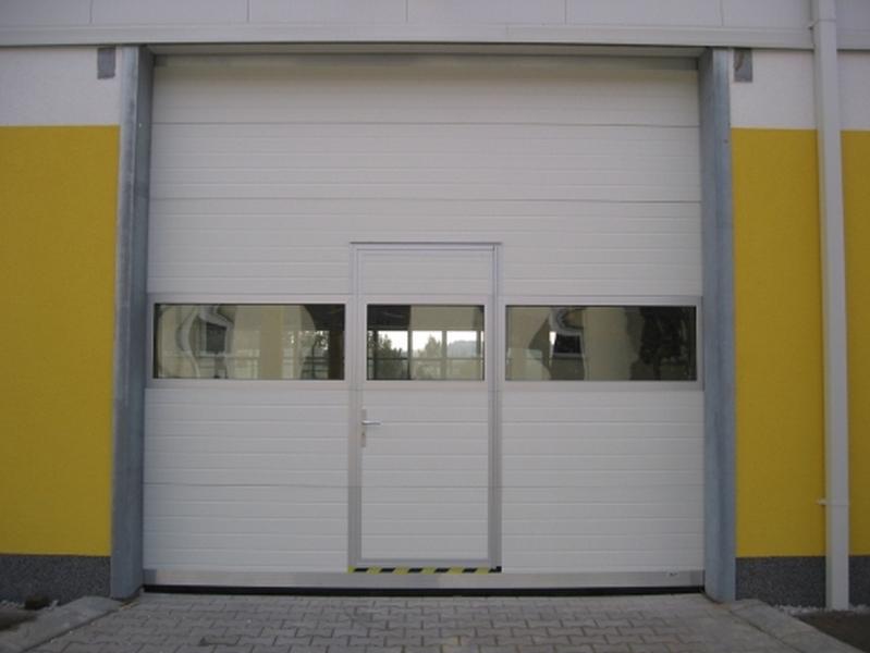Секционные ворота с калиткой.