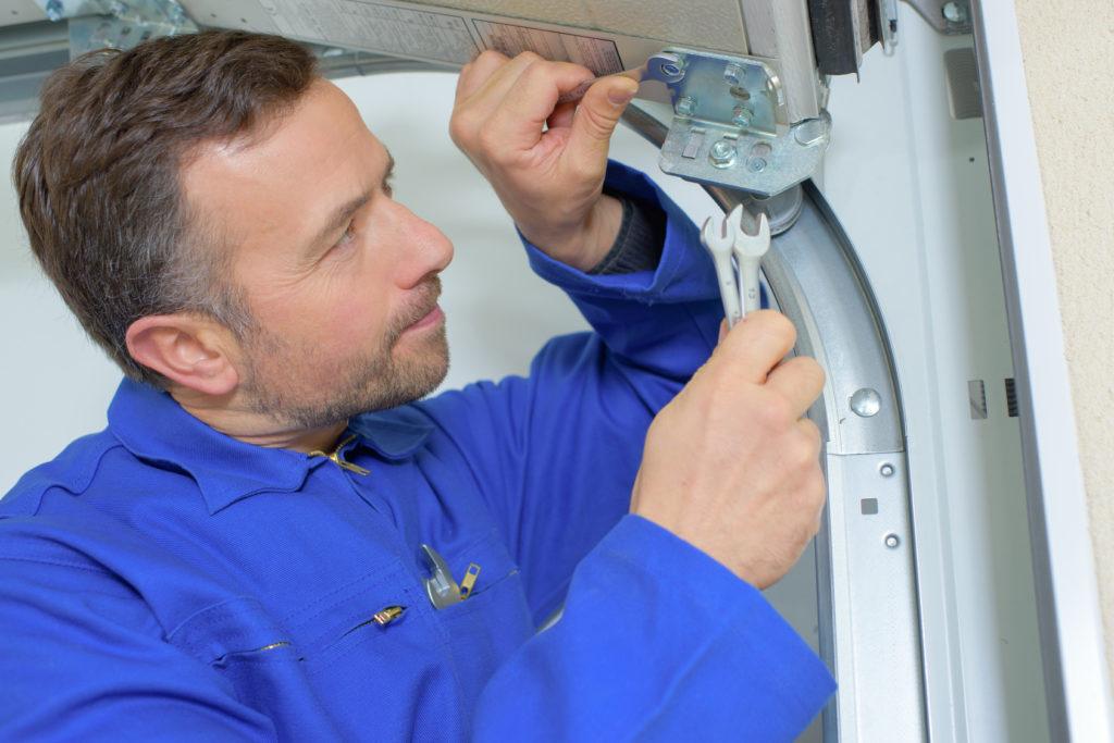 Выбор ремонтника секционных ворот